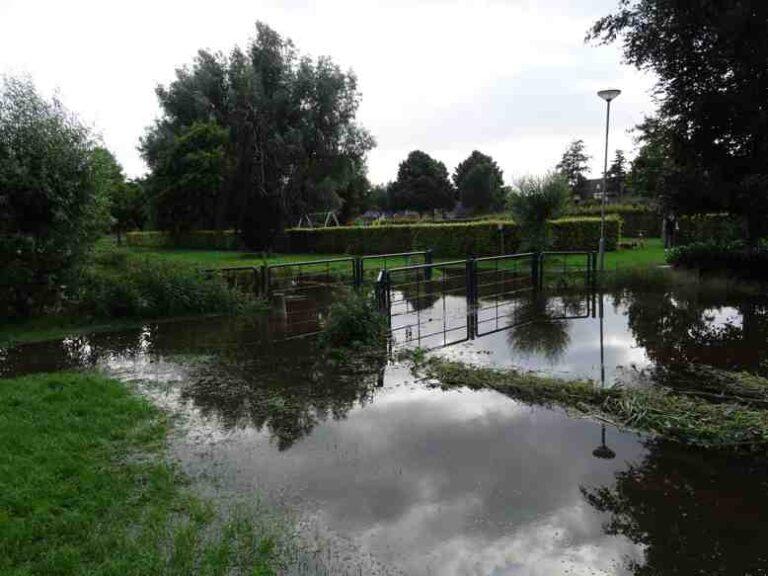 Overstroomde brug bij de Sleybeek