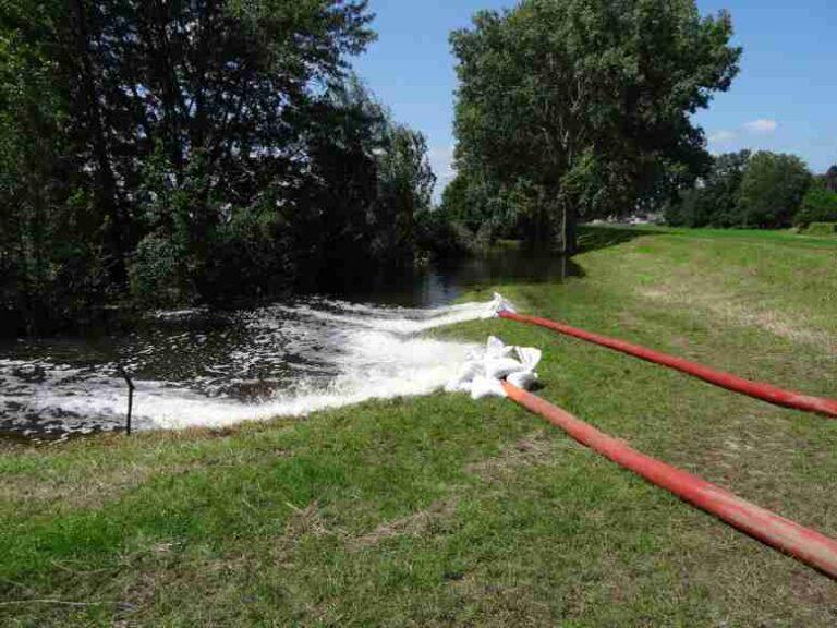 Water van de Sleybeek in de Polderplas